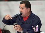 Chávez revisa los mensajes de su cuenta Twitter en un teléfono inteligente. Foto: Archivo
