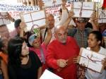 Blanca Eekhout y Darío Vivas, acompañados por el Poder Popular, entregaron al CNE firmas en respaldo al proyecto de Ley de Comunicación Popular. Foto: AVN