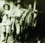 """Pedro Pérez Delgado, Maisanta, """"el último hombre a caballo"""" (a la derecha)"""