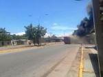Autobus incendiado por grupos violentos en Cumanà (1)